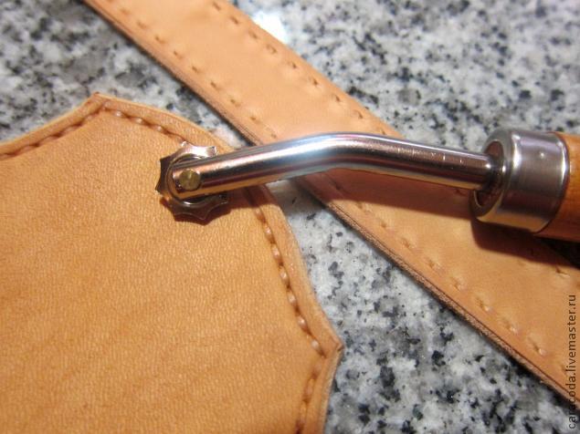 3e943b3441aa Делаем это по увлажненной и потом слегка подсушенной коже чтобы колесико  оставило красивый след. На фото ремешок уже достаточно подсох и след от  колесика ...