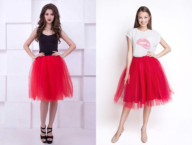 d129479f313 Пышная красная юбка интересно смотрится с укороченным топом или блузкой с  цветочным рисунком. Также